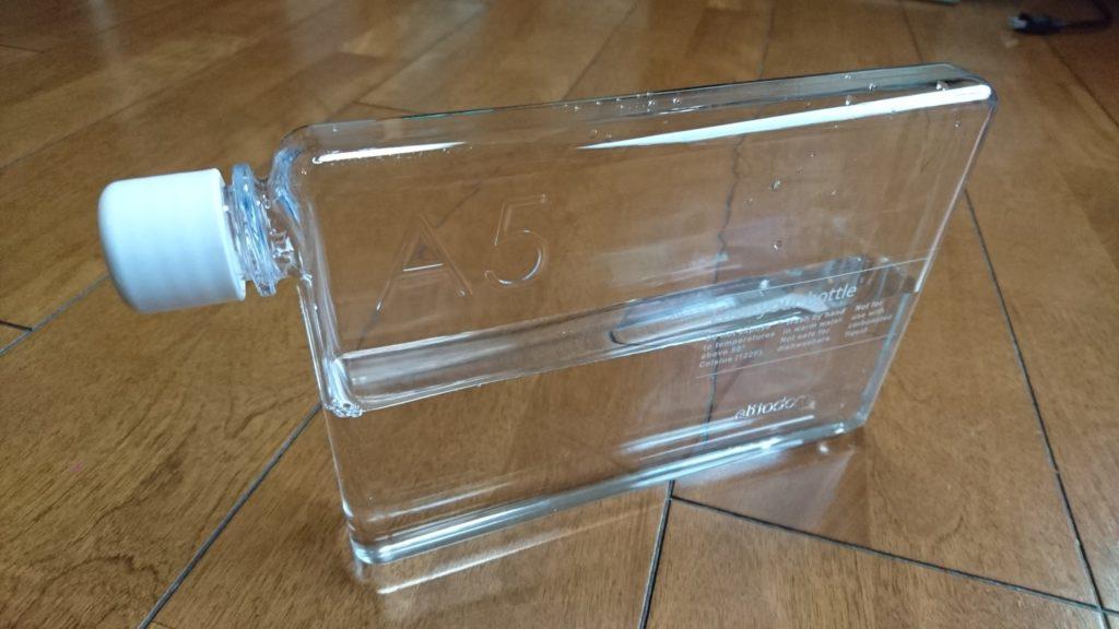 ノート型水筒の「memobottle(メモボトル)」は、スタイリッシュでランドセルやバッグにも収まりやすくていいぞ