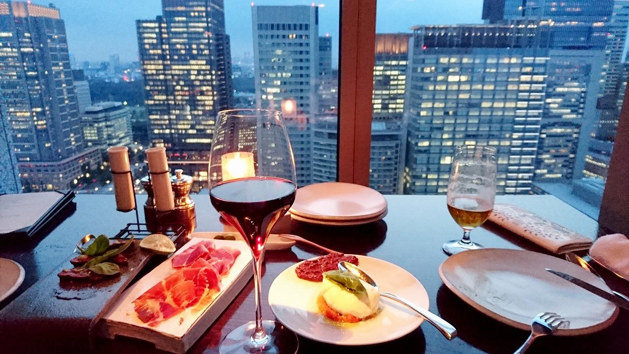 8,000円でシャングリ・ラ ホテル28階の絶景と料理5種&赤、白、スパークリングワインが飲み放題の「タパス by ピャチェーレ」はいいぞ