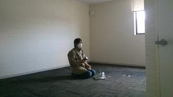独りぼっちで佇む男性